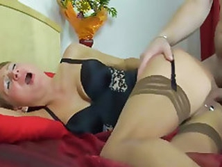 Thick ass on this mature mom that gets his boner penetrating her asshole...